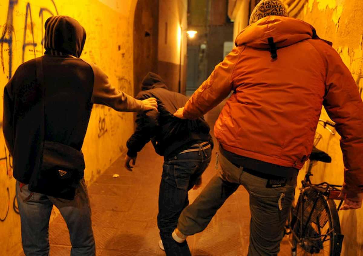 Torvajanica, 18enne pestato e accoltellato per uno sguardo di troppo. Arrestati 3 ragazzini di 16 e 17 anni