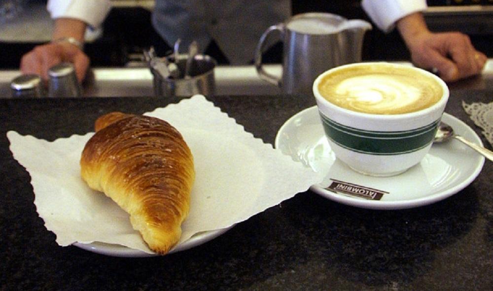 Venezia, 21 euro per un cappuccino e una spremuta. Colpa del servizio al tavolo forzato