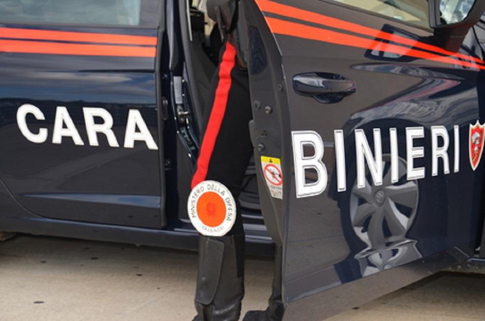 Moncalieri, picchia la madre e i carabinieri intervenuti per aiutare la donna