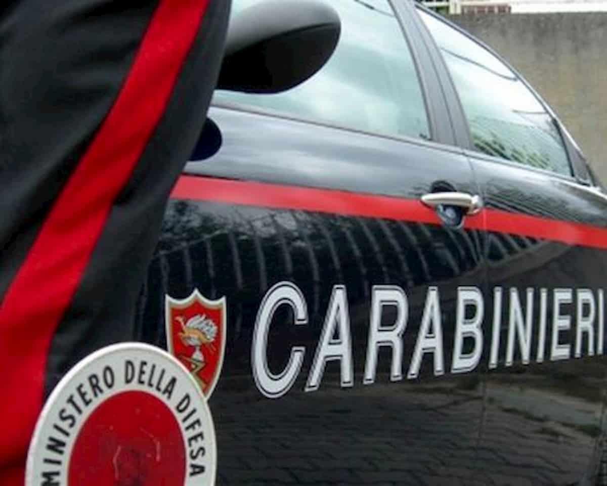 Roma, aggredisce un 49enne e prende a sassate l'anziana vicina: arrestato tassista