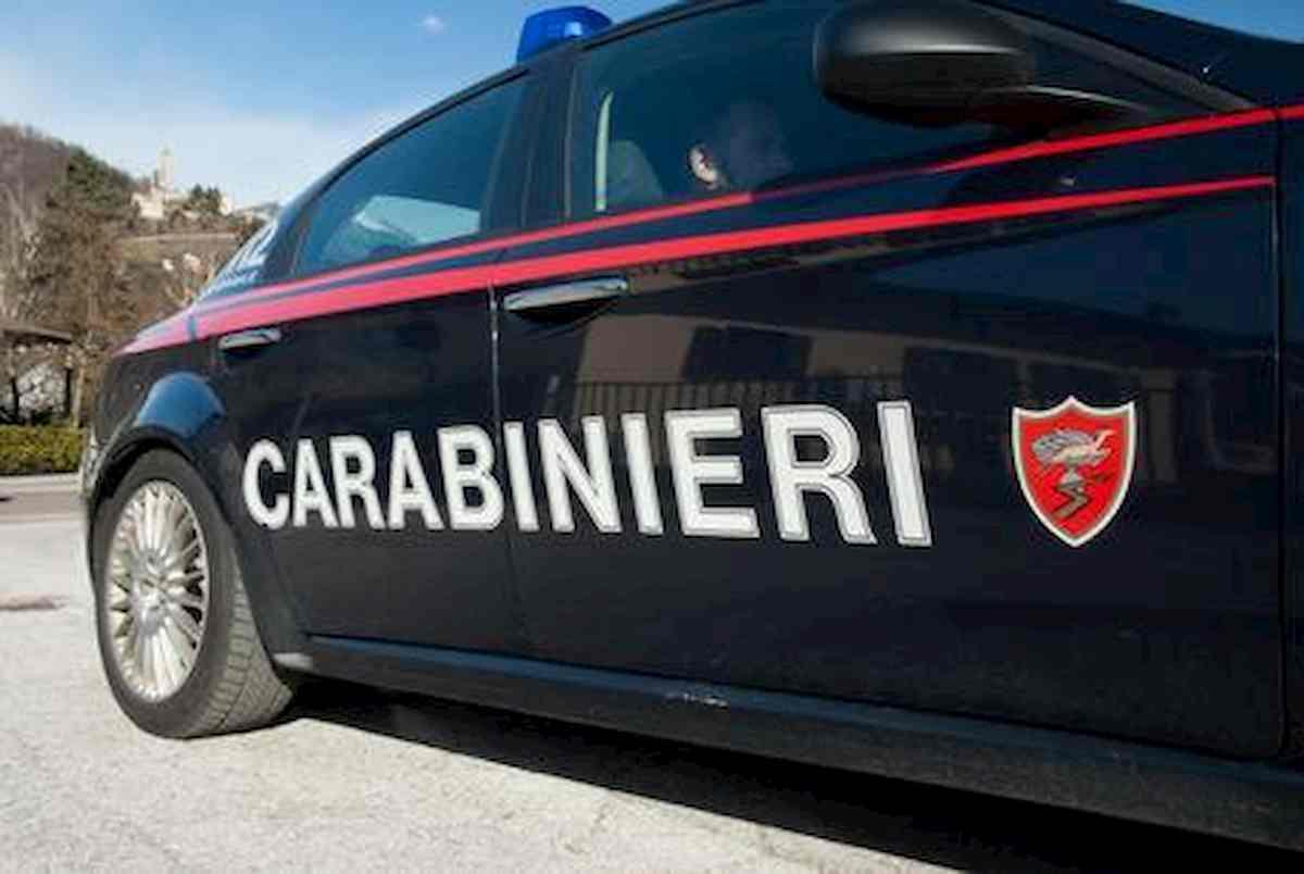 un'auto dei carabinieri in servizio