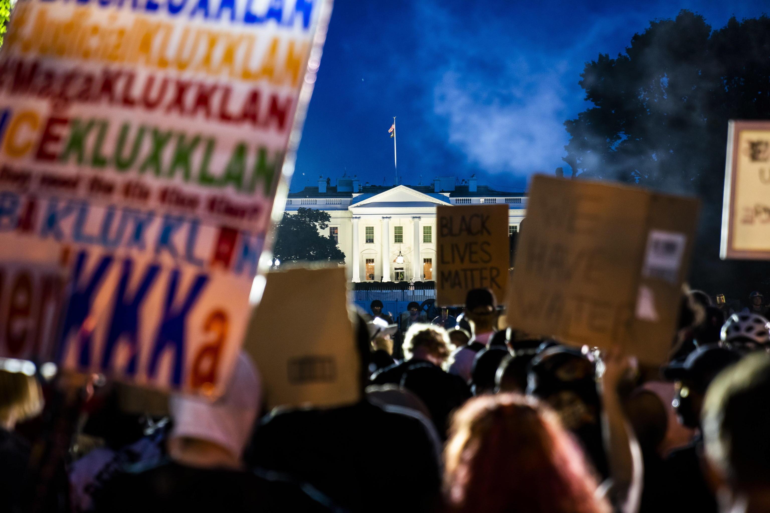 George Floyd proteste a Casa Bianca e scontri: Trump allontanati