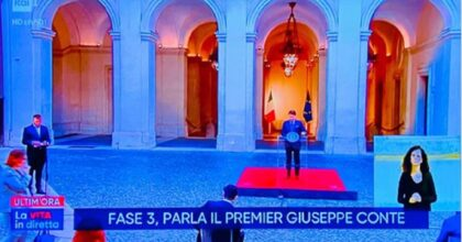"""Rocco Casalino inquadrato mentre parla Conte. Luca Bizzarri: """"E' fatto apposta"""""""