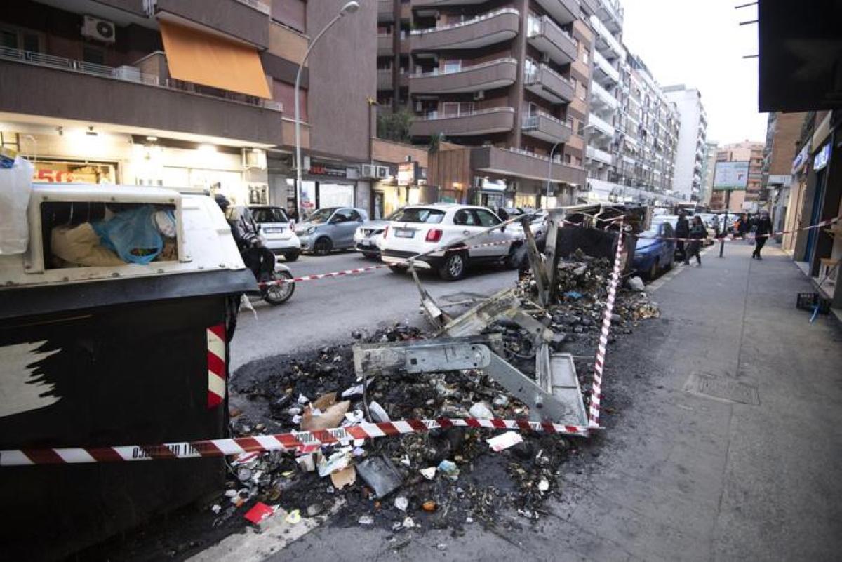Cassonetti bruciati a Roma, 29 in 3 giorni: dal 2020 sono già 154