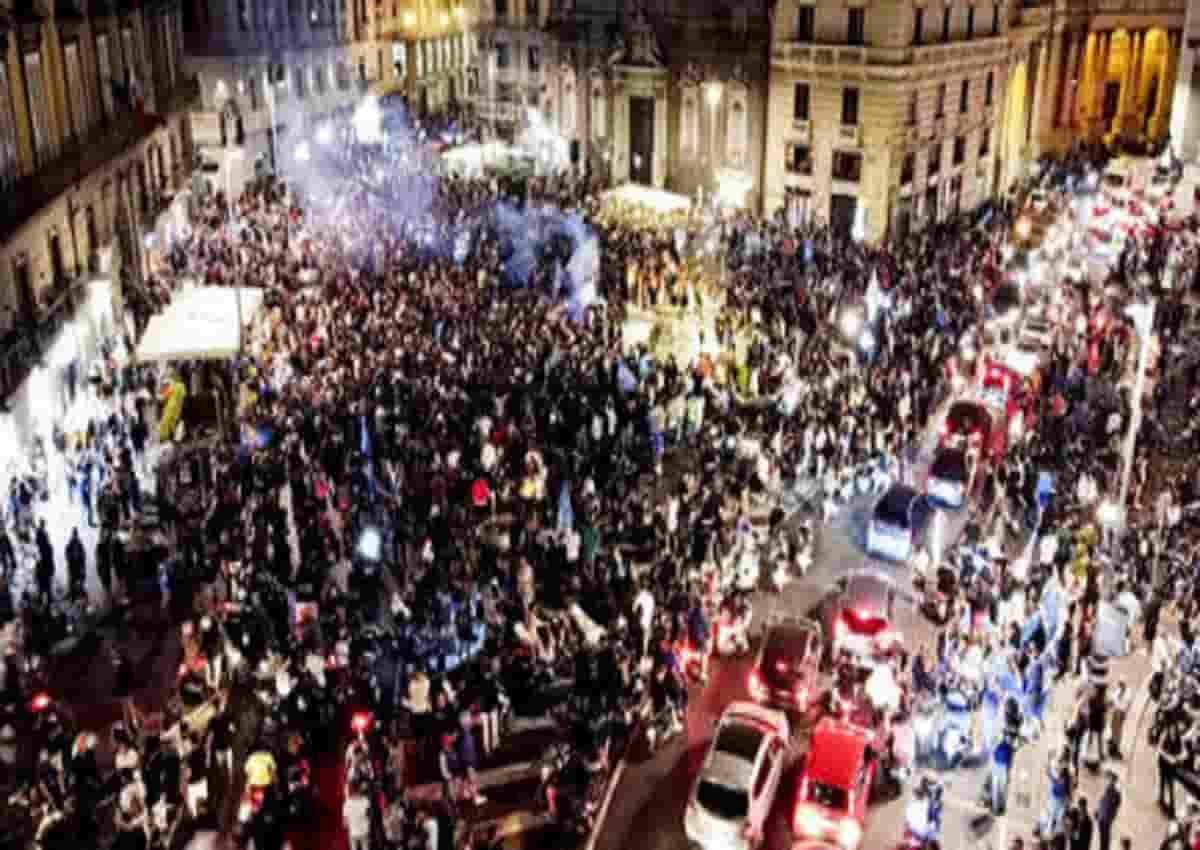 I tifosi del Napoli festeggiano la vittoria in Coppa Italia, foto Ansa