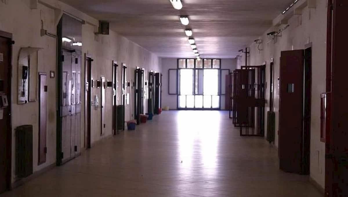 Ferrara, detenuto spogliato e picchiato in carcere: tre agenti accusati di tortura