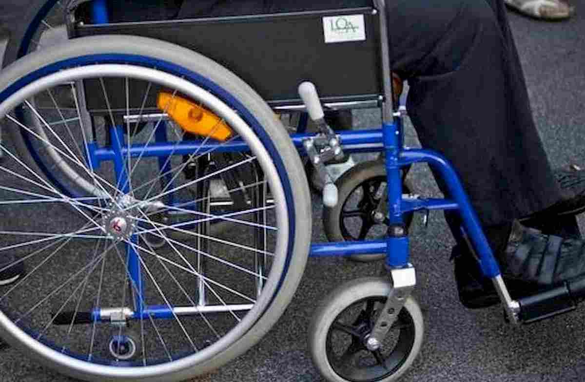 Mariano Comense, disabile in carrozzina travolta dal treno e trascinata sui binari