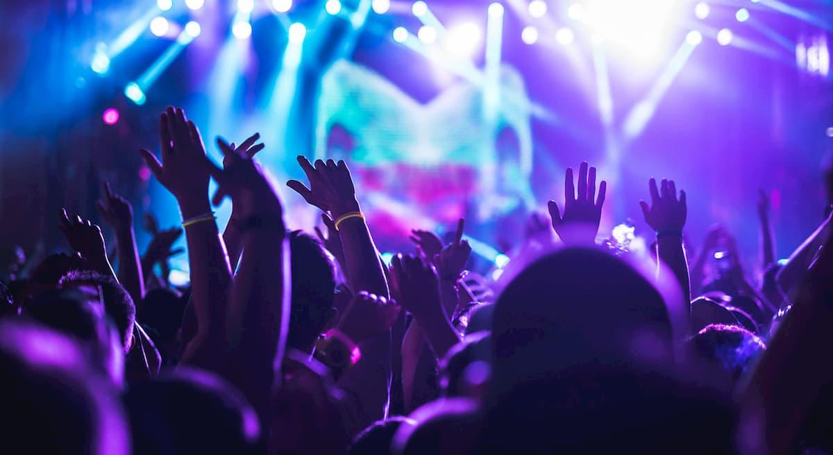 Discoteche, cinema e teatri: dal 15 si riapre. Le regole per ballare: all'aperto e a 2 metri di distanza