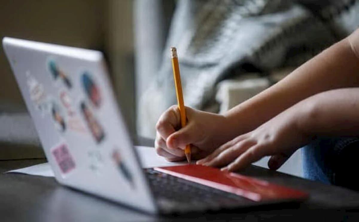 Esame di terza media, studentessa non riesce a collegarsi: prof va a casa sua e le presta il cellulare