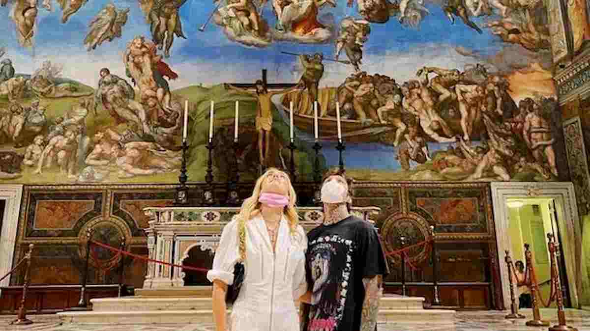 """I Ferragnez nella Cappella Sistina fanno infuriare il web: """"A noi comuni mortali è vietato fare foto"""""""