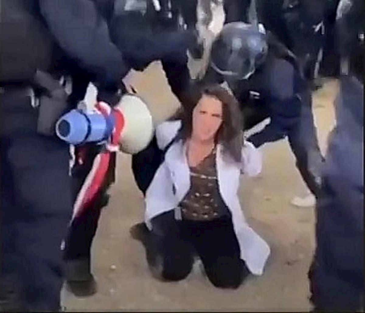 Francia, manifestazione dei sanitari: ecco come la polizia ha arrestato una infermiera VIDEO