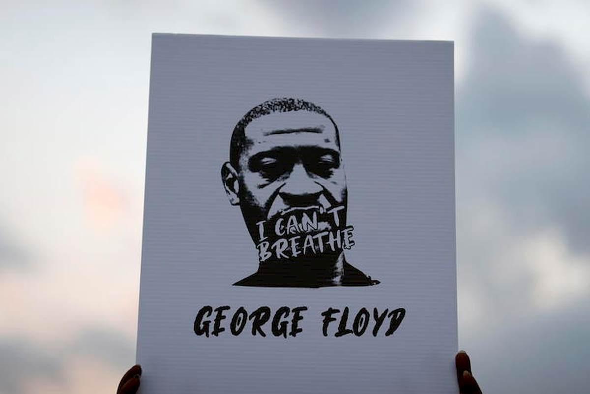 """George Floyd, New York vieta la """"stretta al collo"""" ai poliziotti: rischiano fino a 15 anni"""
