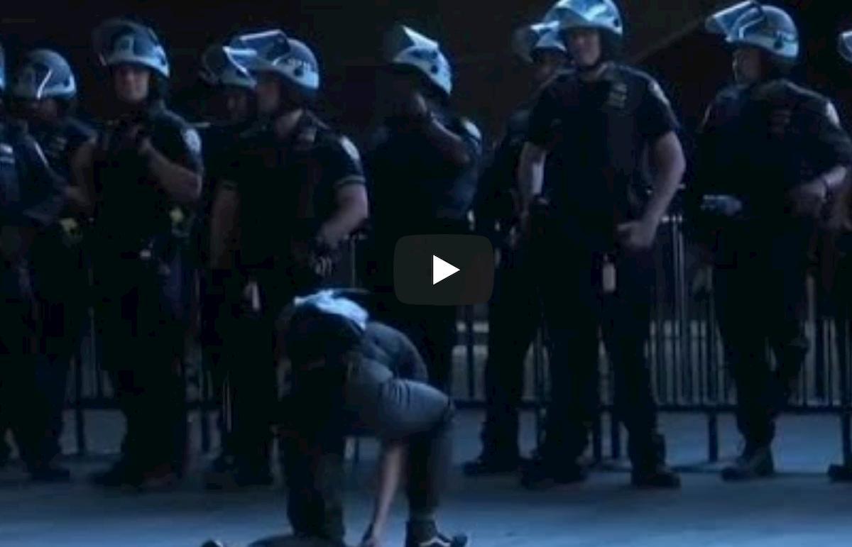 George Floyd, donna bianca si inginocchia davanti alla polizia di New York VIDEO
