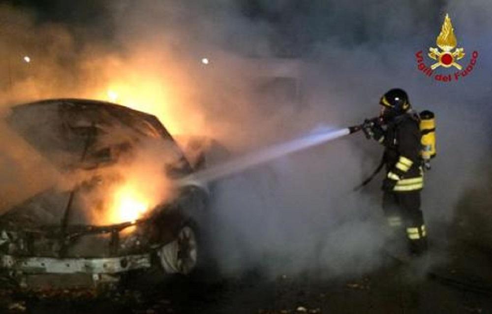 Roma, auto in fiamme: conducente sviene, salvato dai carabinieri