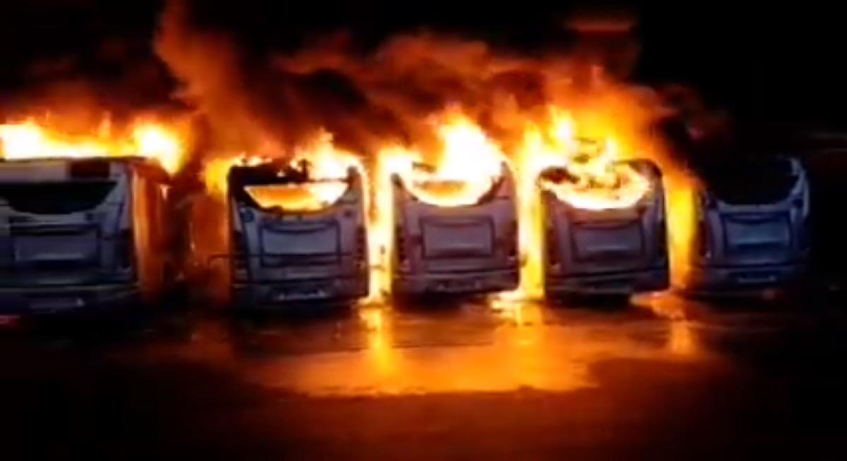 Incendio rimessa Atac, bus distrutti dalle fiamme a Magliana