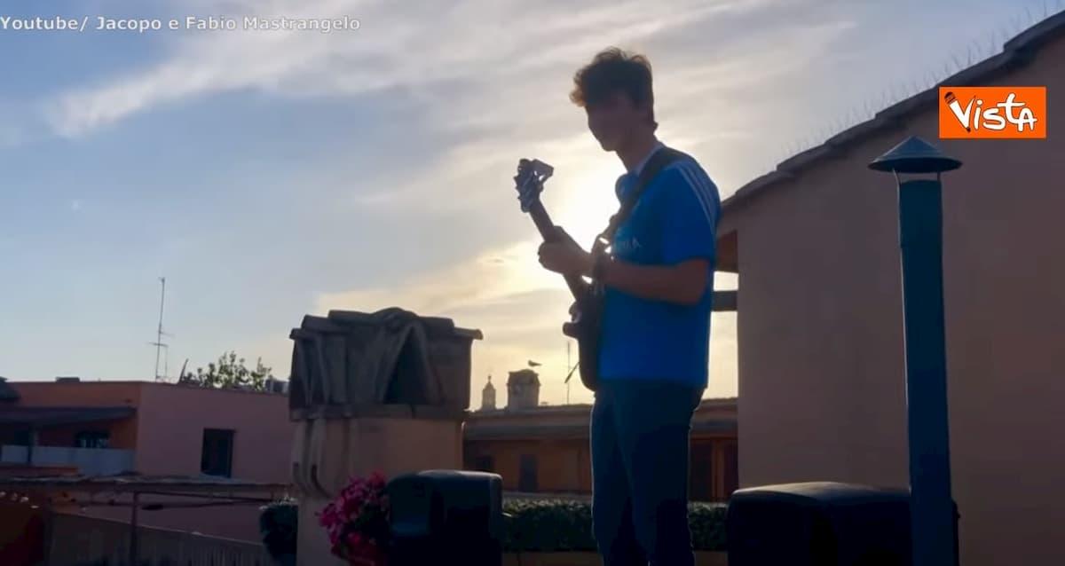Maturità 2020, suona Notte prima degli esami dai tetti sopra piazza Navona VIDEO
