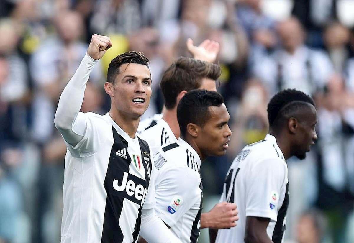 Calcio, il ritorno, ma come? Stadi vuoti. Ma le piazze? Napoli spaventa. Nella Foto: Ronaldo e altri giocatori della Juventus