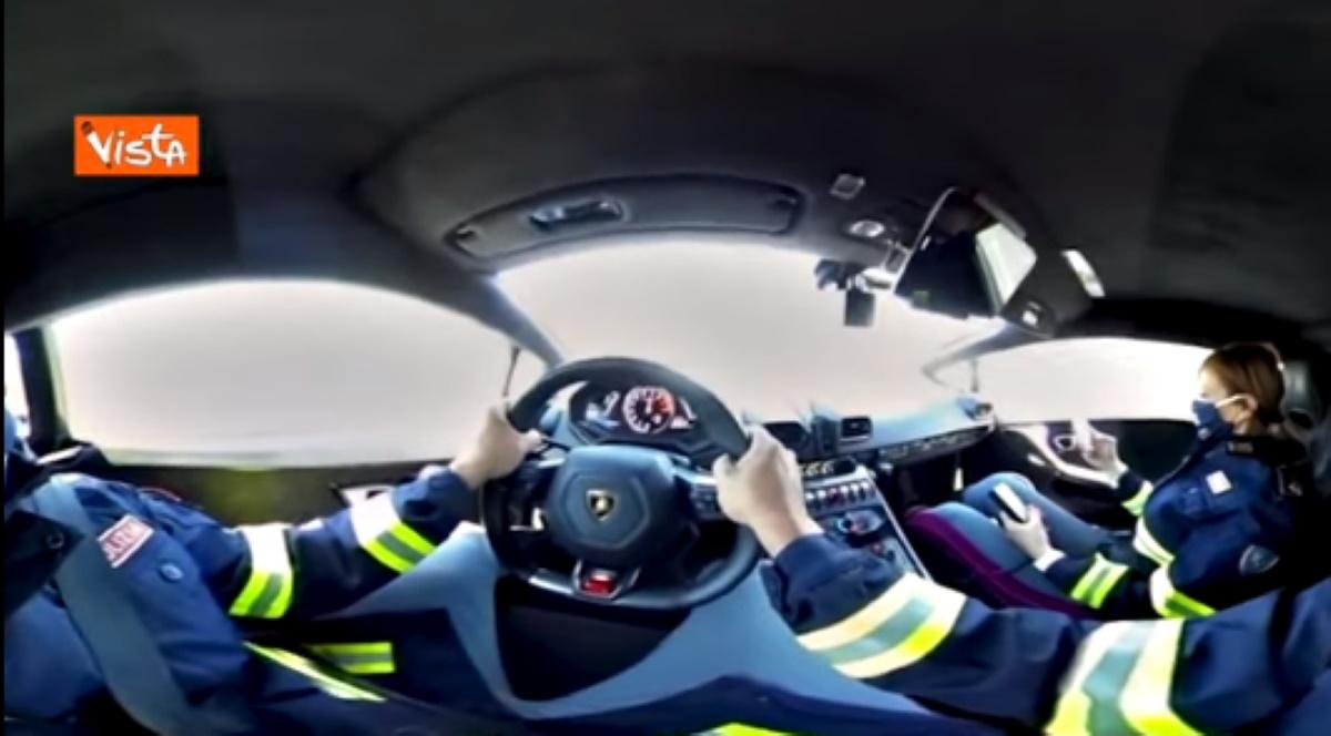 Lamborghini Polizia di Stato, vuoi guidarla? Ora puoi sui social VIDEO