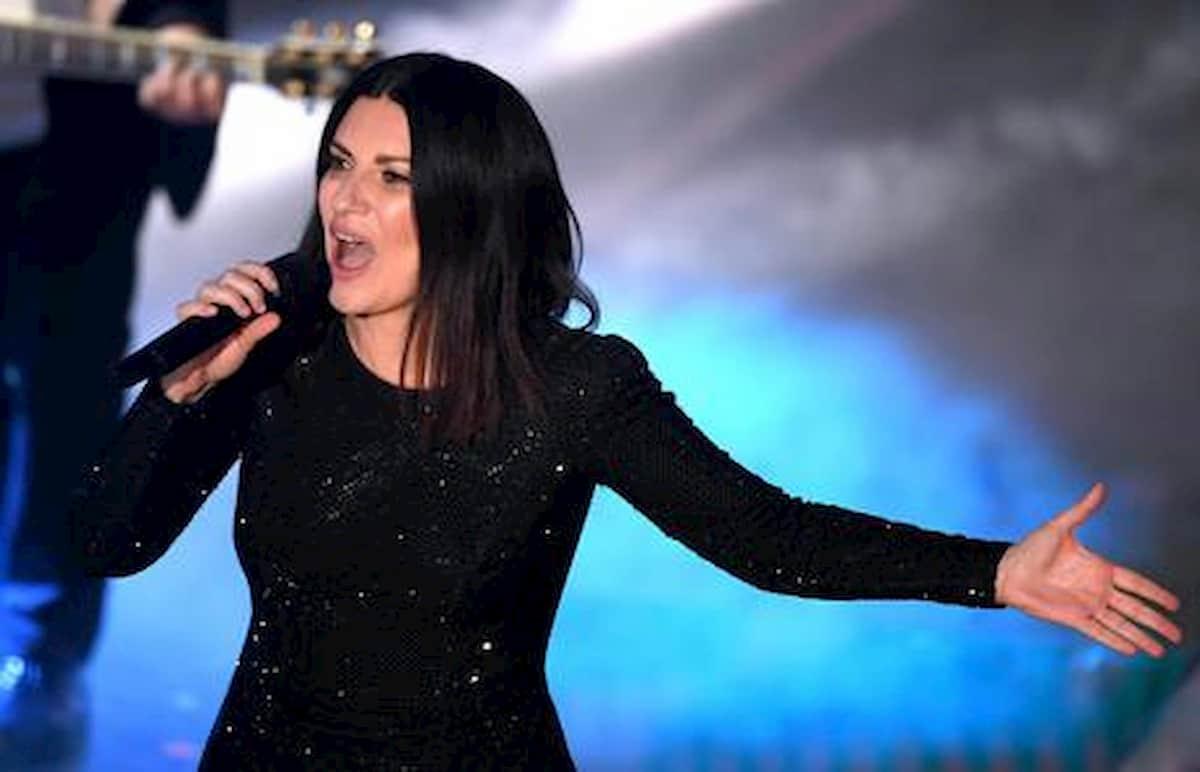 """""""È incinta!"""". Laura Pausini, la voce corre veloce. E a spifferarlo in diretta tv è uno che la sa lunga"""