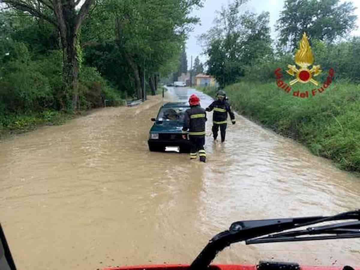 Bomba d'acqua a nord di Udine: fogne esondate e strade allagate