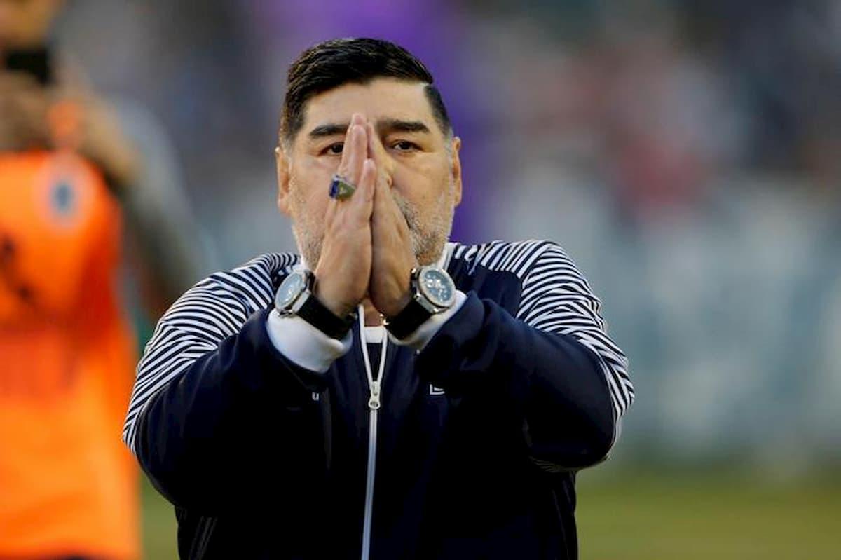 Maradona mostra il sedere in un video