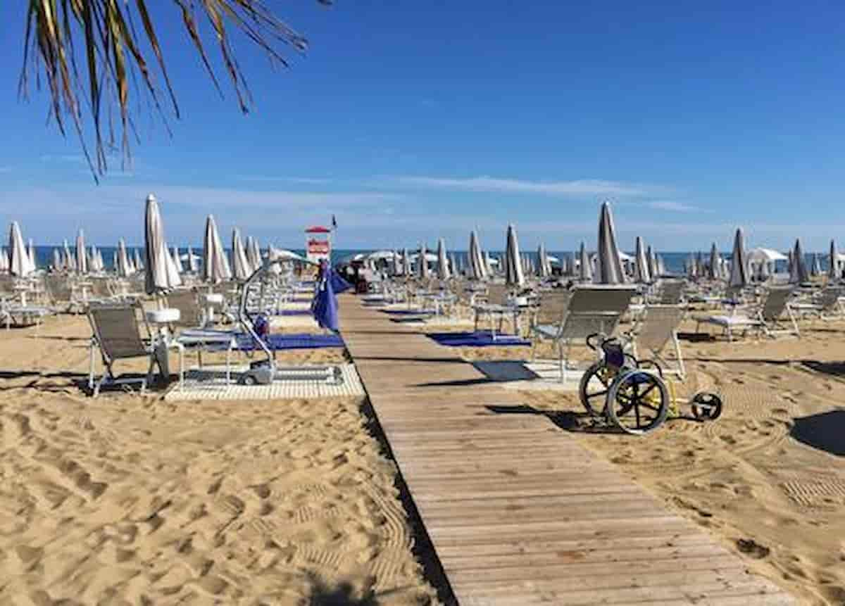 Jesolo, turista si addormenta sul lettino in spiaggia: trovato morto, colpito da infarto