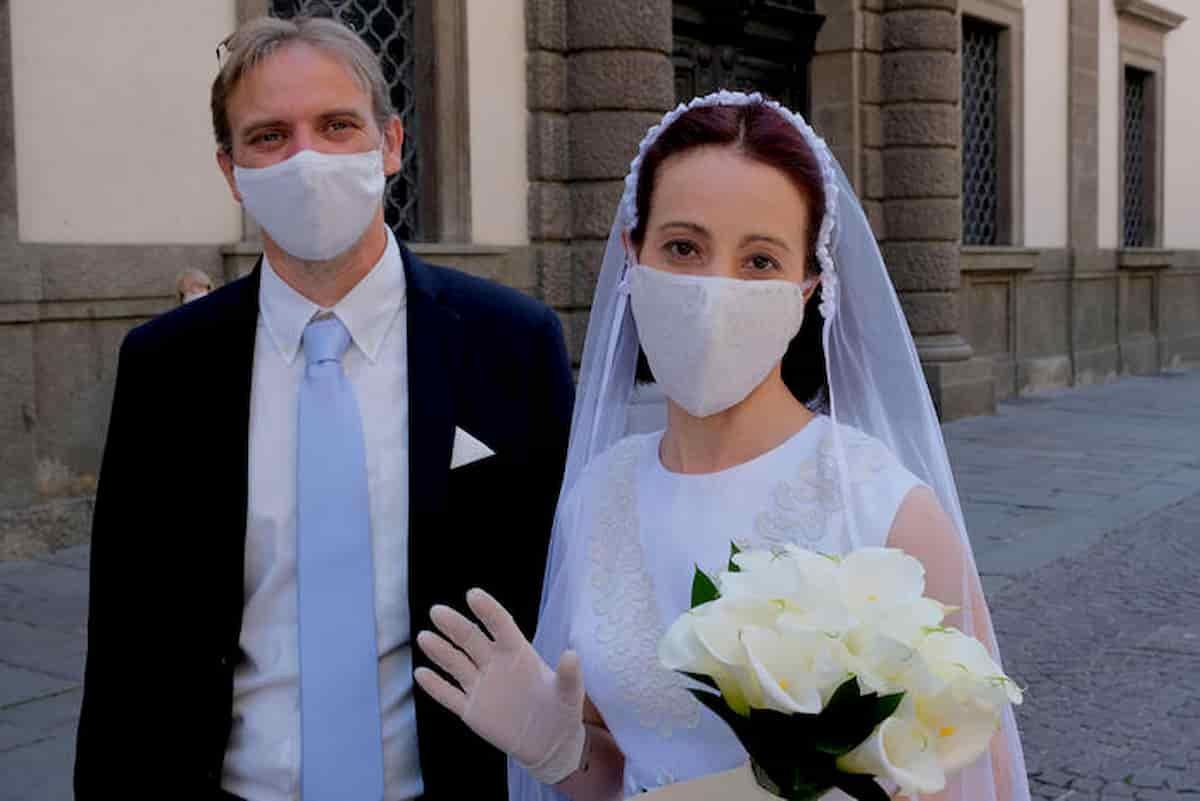 Matrimonio senza mascherine: sposi non più obbligati sull'altare (ma sacerdoti sì)