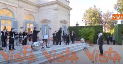 Mattarella ascolta l'inno nazionale eseguito per il concerto del 2 giugno VIDEO
