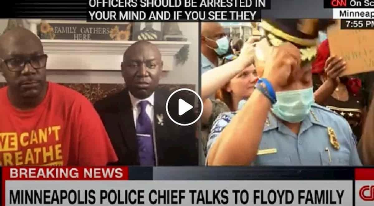 Minneapolis, capo della Polizia Medaria Arradondo si toglie il cappello davanti al fratello di George Floyd