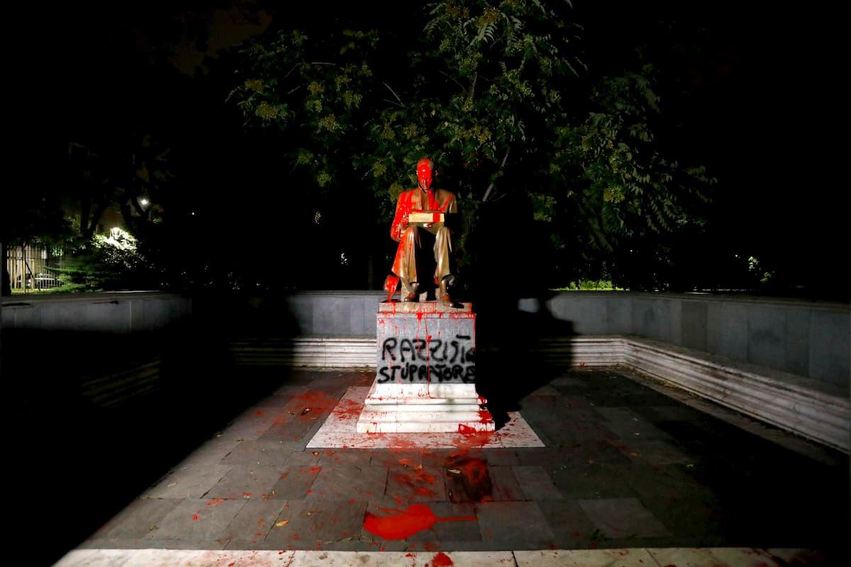 Indro Montanelli, la statua a Milano imbrattata con vernice rossa FOTO