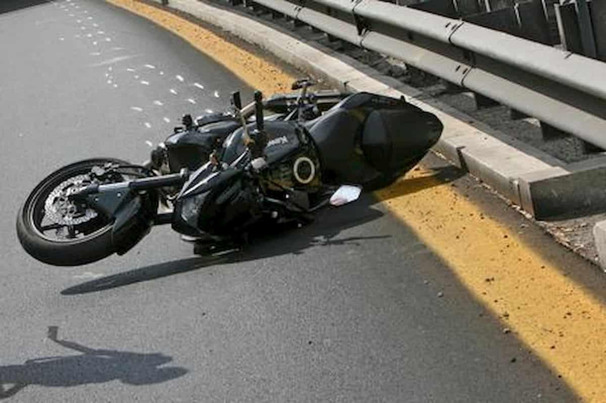 Una moto a terra dopo un incidente