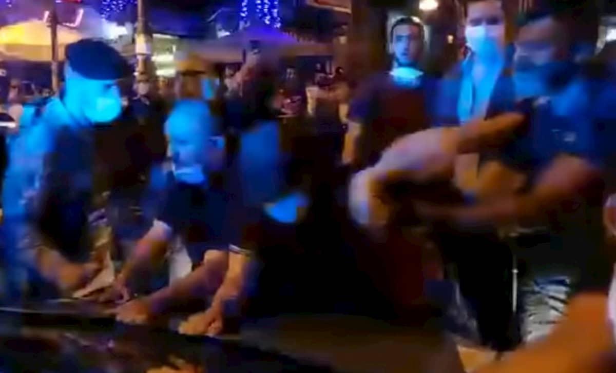 Napoli, movida violenta a piazza Bellini: poliziotti accerchiati dai giovani, uno ferito