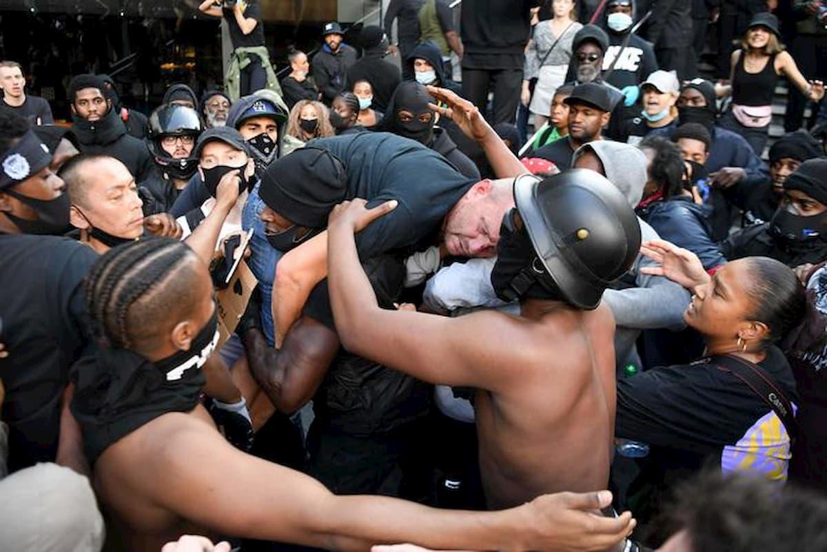 Londra, il manifestante di colore che salva l'estremista di destra bianco dalla folla