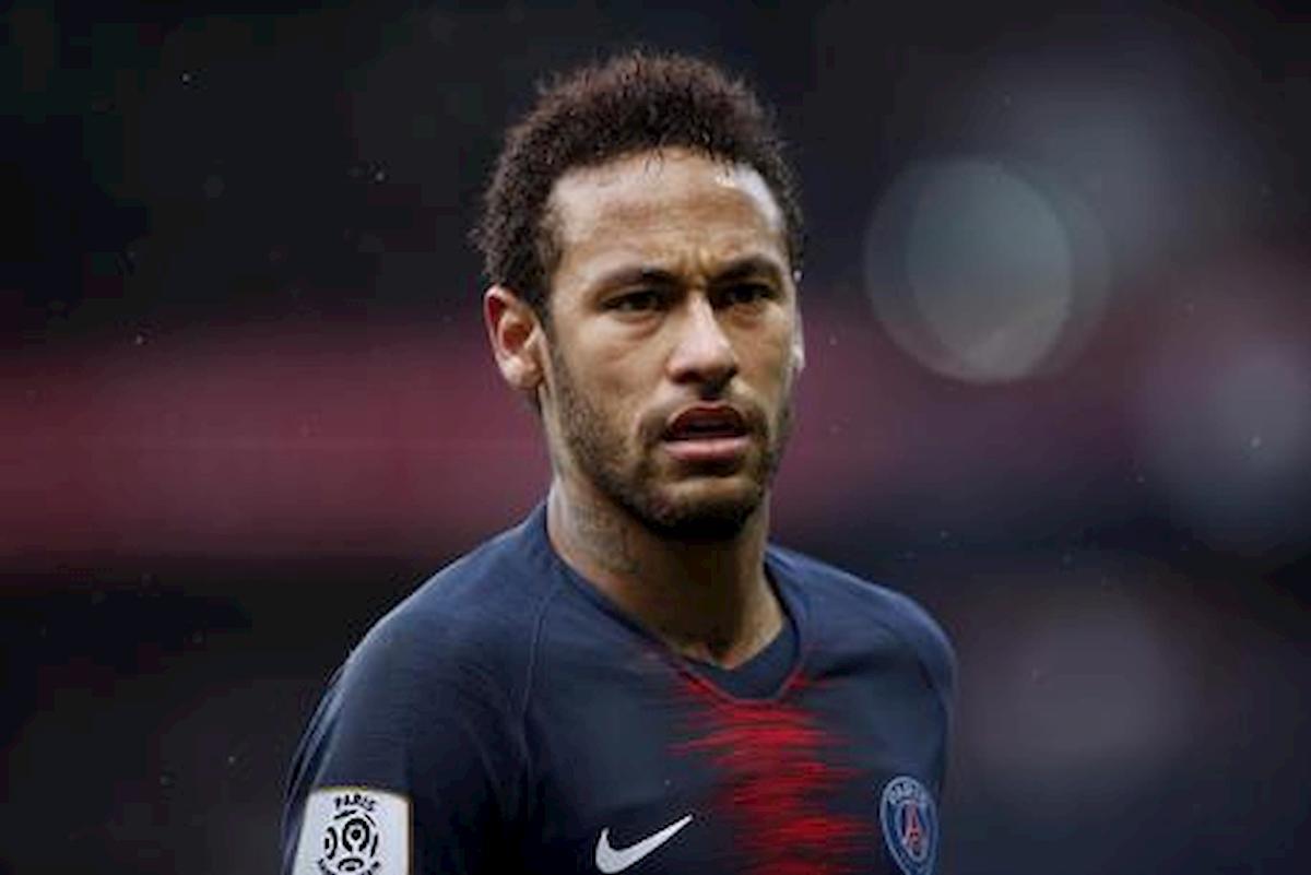 """Neymar accusato di insulti omofobi nei confronti del """"toy boy"""" della mamma"""