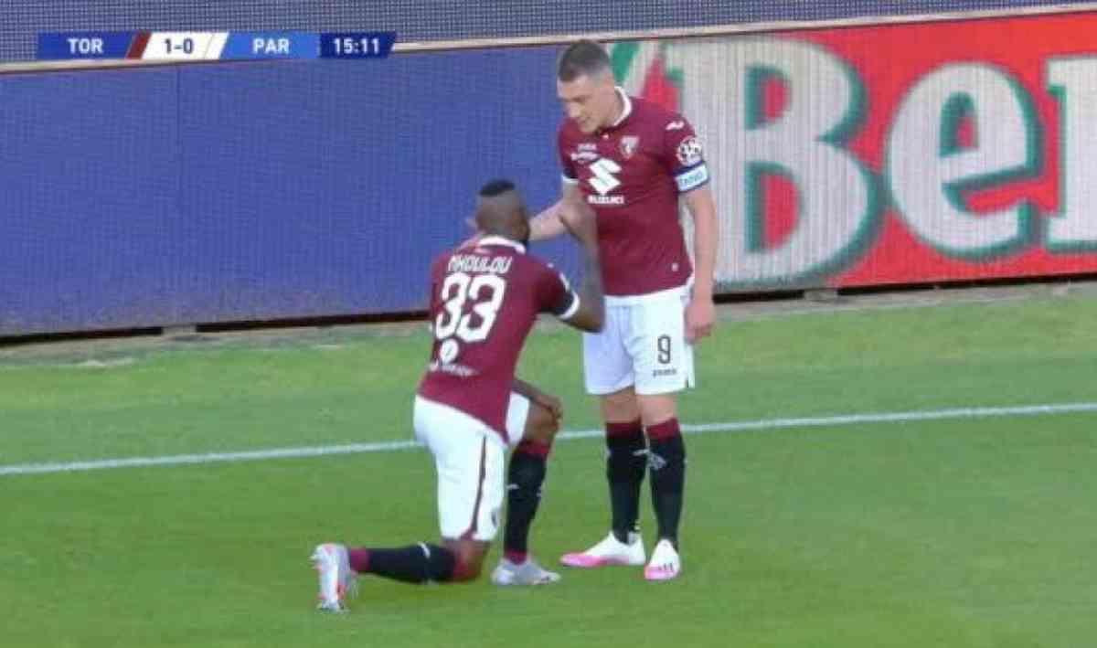 Torino-Parma, Nkoulou ha dedicato il gol a George Floyd e si è inginocchiato contro il razzismo