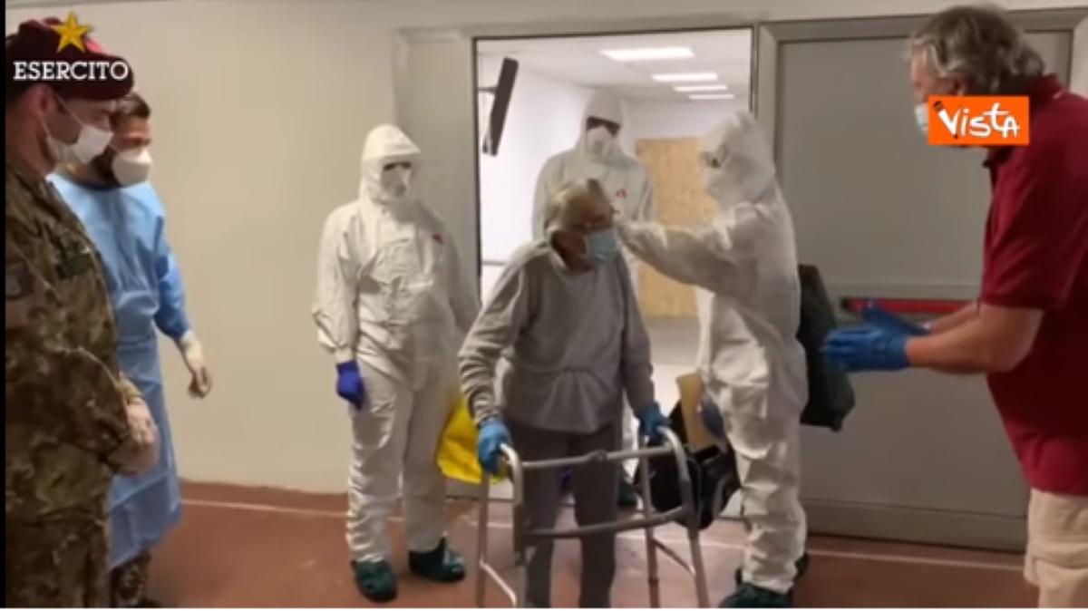Nonna Carmela lascia ospedale dopo un mese: guarita dal covid a 91 anni