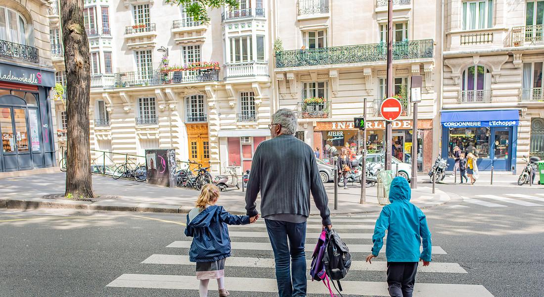 Bonus baby sitter anche ai nonni non conviventi: come richiederlo