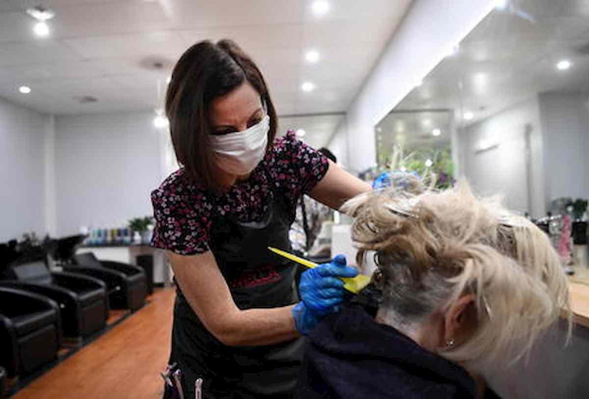 Coronavirus, in silenzio dal parrucchiere: nel Regno Unito vietato chiacchierare con i clienti