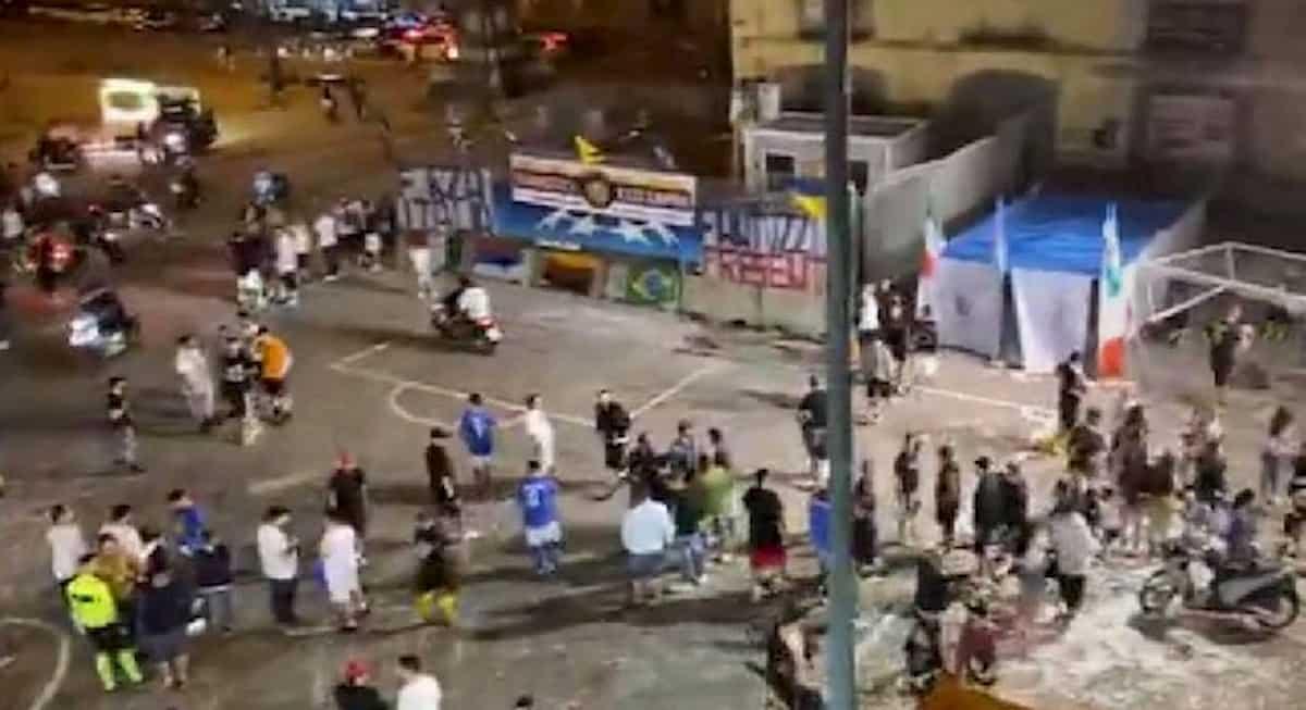 Napoli, torneo di calcetto in Piazza Mercato: presenti centinaia di persone nonostante i divieti