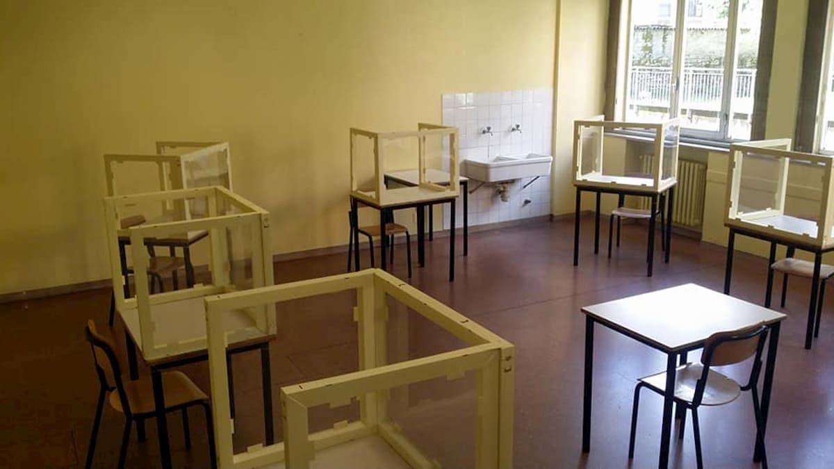 Scuola, a Bergamo un liceo ha già il plexiglass tra i banchi FOTO