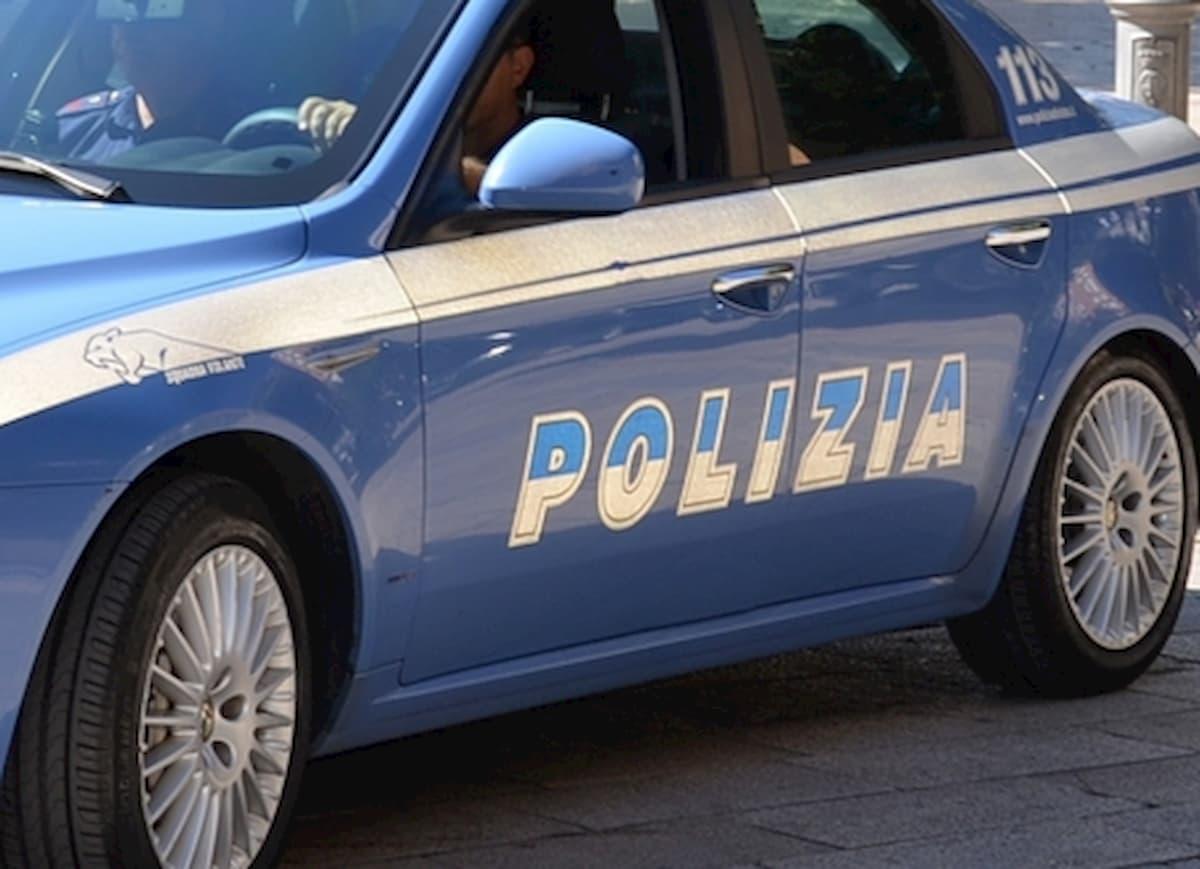 Bari, ubriaco alla guida di una Porsche finisce contro le auto nell'area di sosta della Polizia