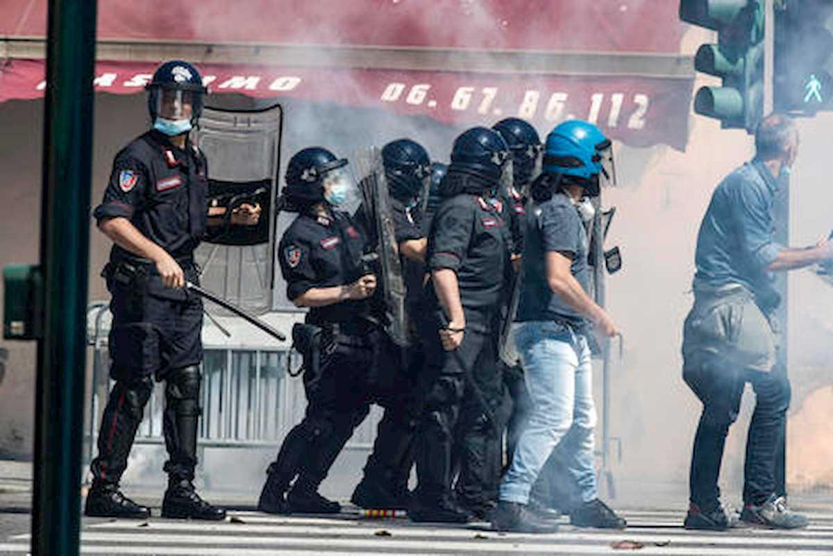 Forza Nuova e ultrà, manifestazione a Roma: tafferugli con la polizia, cori 'Duce, Duce' e insulti ai giornalisti VIDEO