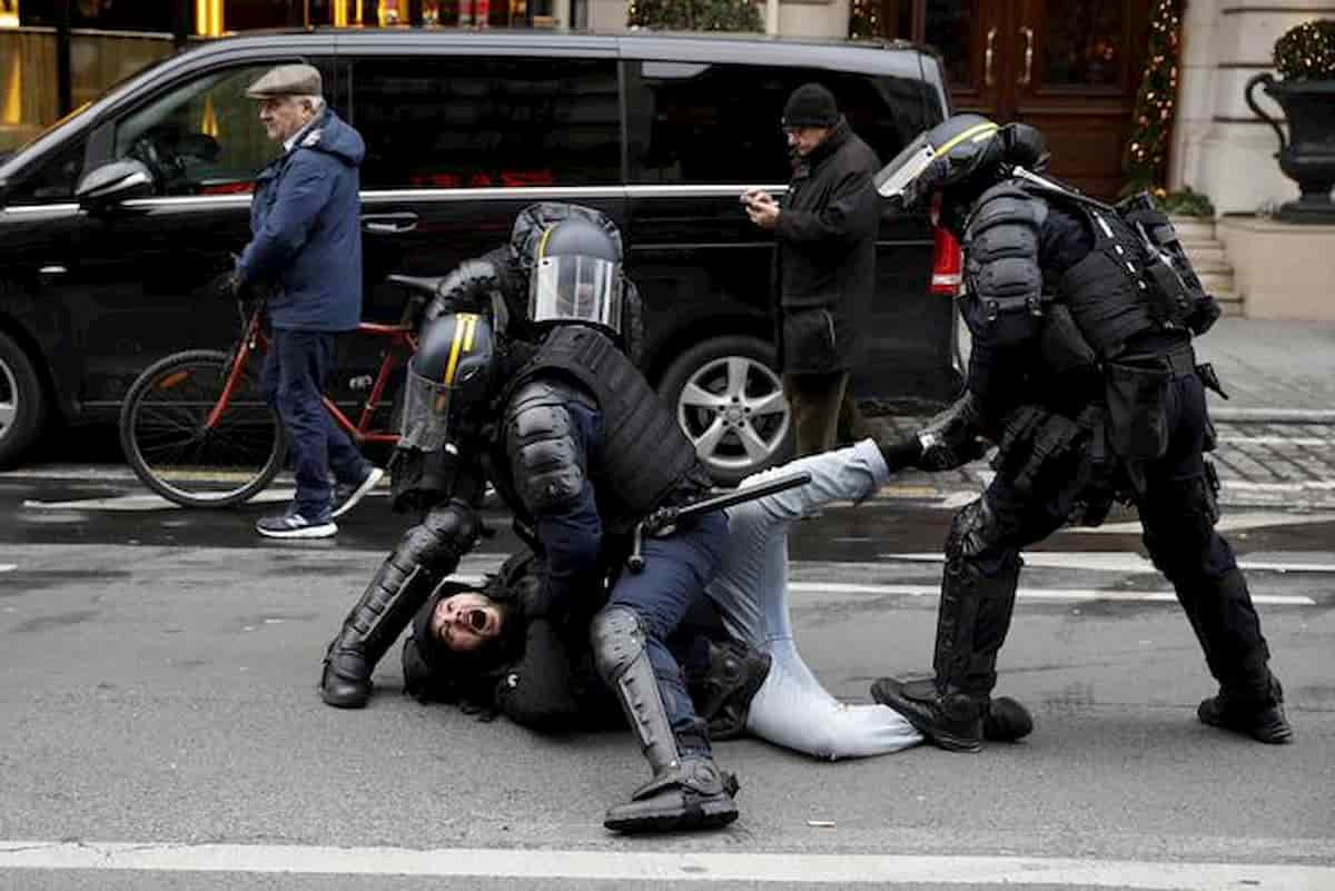 """Francia, monta la """"colére"""" dei poliziotti contro il Governo. """"Né violenti né razzisti"""", il corteo all'Arco di Trionfo"""