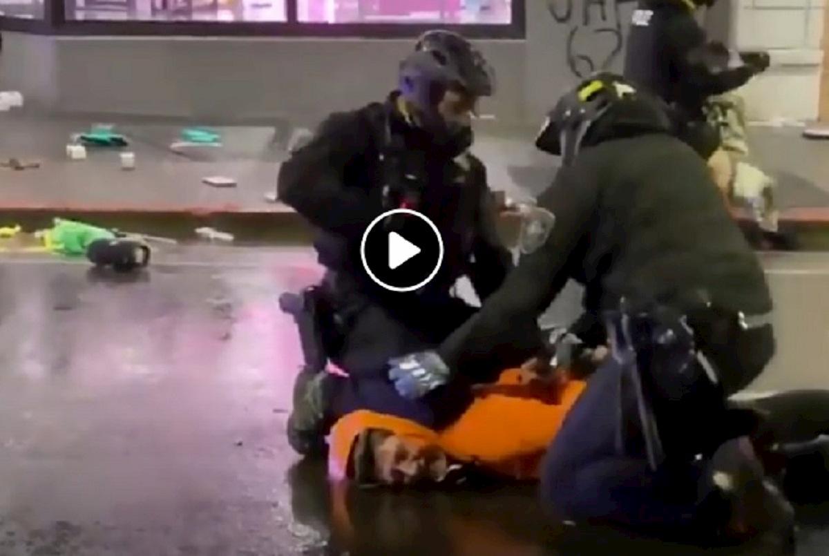 poliziotto collo manifestante