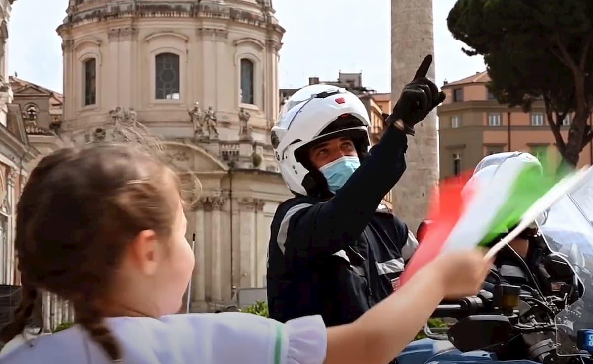2 giugno, video Polizia rende omaggio alle vittime del coronavirus