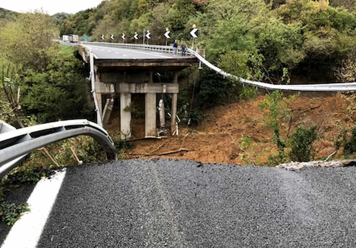 Maltempo, a San Giorgio a Liri crolla ponte su canale: salvi due operai
