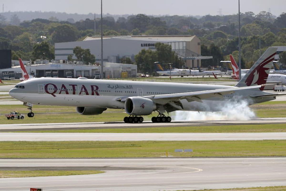 Grecia, aereo infetto dal Qatar: 12 passeggeri positivi al Covid. Atena sospende i voli con Doha