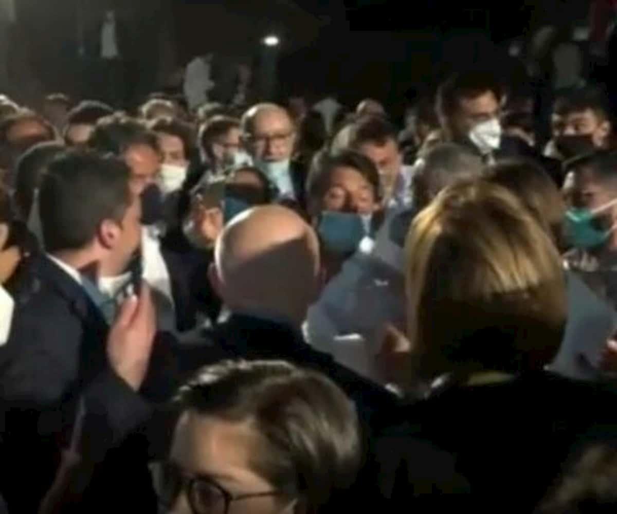 Ressa e assembramenti per selfie con Renzi a Napoli
