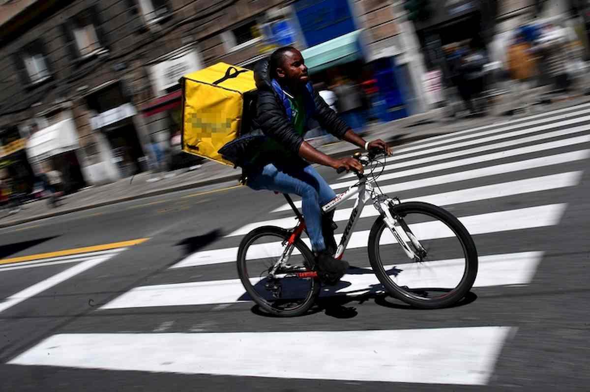 Milano rider protesta divieto bici treno denunciato