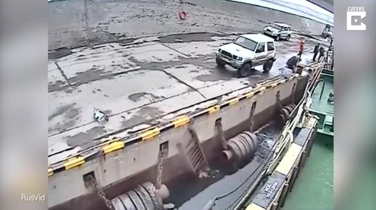 Passeggero cade in mare in Russia: cercava di prendere traghetto al volo